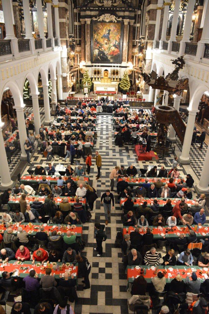 Kersdiner Kamiano in kerk